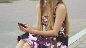 Jong meisje met een cellphone in openlucht stock footage