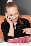 Jong meisje met een digitale tablet Royalty-vrije Stock Foto's