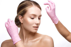 Jong meisje met een gezonde huid en een Naakte make-up Mooi model op kosmetische procedures Plukkende wenkbrauwen en modellering royalty-vrije stock foto's