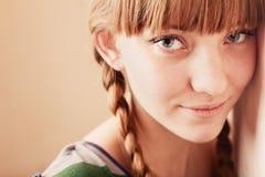 Jong meisje met een haarlok stock afbeeldingen