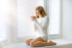 Jong meisje met een kop thee Stock Foto