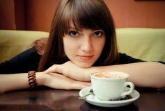 Jong meisje met een kop van koffie Stock Afbeelding