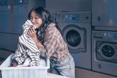 Jong meisje met een mand in de wasserij stock afbeeldingen