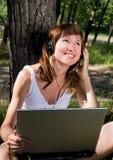 Jong meisje met een notitieboekje Stock Foto