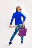 Jong meisje met een zak in zijn geïsoleerde hand Royalty-vrije Stock Afbeeldingen