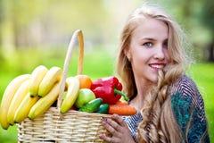 Jong meisje met fruit Stock Foto's