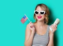 Jong meisje met geld en de vlag van Verenigde Staten Stock Afbeeldingen