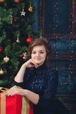 Jong meisje met gift Stock Fotografie