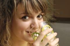 Jong meisje met glas Stock Fotografie