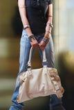Jong meisje met handtas Stock Foto's