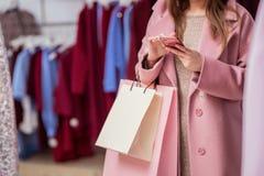 Jong meisje met het winkelen zakken Stock Afbeelding