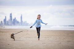 Jong meisje met hond op lood stock afbeeldingen