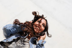 Jong meisje met hoofdtelefoons Stock Afbeelding