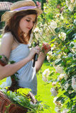 Jong meisje met hooihoed Stock Foto's
