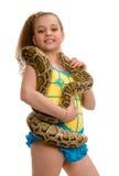 Jong meisje met huisdierenpython, dat op wit wordt geïsoleerdn stock afbeelding
