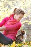Jong meisje met kat op natuurlijke achtergrond Royalty-vrije Stock Afbeelding
