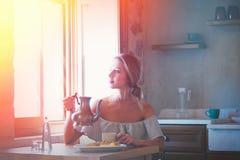Jong meisje met kop van koffie of thee op Griekse keuken royalty-vrije stock fotografie