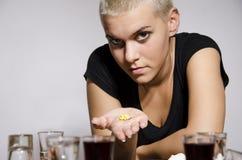 Jong meisje met kort blondehaar die drugs aanbieden royalty-vrije stock fotografie