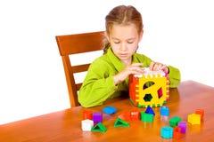 Jong meisje met kubus royalty-vrije stock afbeeldingen