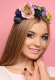 Jong meisje met lang blond haar met de hoofdband van de elegante bloem royalty-vrije stock afbeeldingen