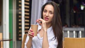 Jong meisje met lange haar het drinken koffie in koffie stock video