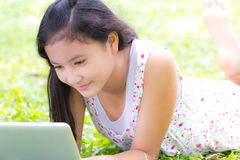 Jong meisje met laptop Stock Foto's