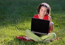 Jong meisje met laptop royalty-vrije stock afbeeldingen