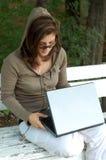 Jong meisje met laptop Royalty-vrije Stock Fotografie