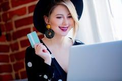 Jong meisje met laptop computer en creditcard stock afbeeldingen