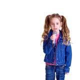 Jong meisje met microfoon Stock Foto's