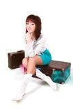 Jong meisje met oude koffers stock foto