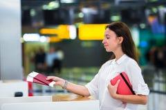 Jong meisje met paspoorten en instapkaarten bij royalty-vrije stock foto's