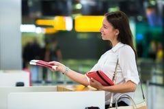 Jong meisje met paspoorten en instapkaarten bij stock foto's