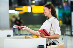 Jong meisje met paspoorten en instapkaarten bij stock fotografie