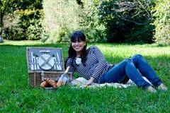 Jong meisje met picknickmand Stock Afbeeldingen