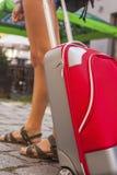 Jong meisje met rood kofferclose-up Reis Stock Foto