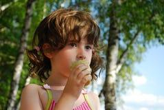 Jong meisje met roomijs Stock Afbeelding