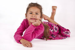 Jong meisje met roze kleding in studio Stock Afbeelding