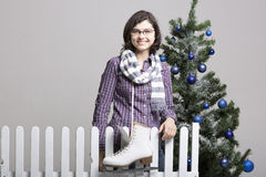 Jong meisje met schaatsen Stock Foto's