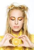 Jong meisje met sinaasappel Stock Afbeeldingen
