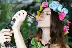Jong meisje met slang Stock Afbeeldingen