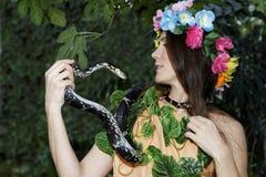Jong meisje met slang Verleiding van Vooravond Royalty-vrije Stock Fotografie