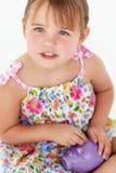 Jong meisje met spaarvarken Stock Fotografie