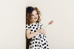 Jong meisje met suikergoed Stock Foto's
