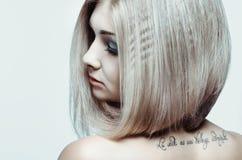 Jong meisje met tatoegering Royalty-vrije Stock Foto's