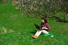 Jong meisje met telefoons in nature04 stock afbeelding