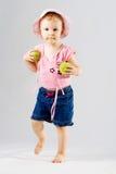 Jong meisje met tennisballen Stock Foto