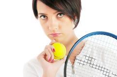 Jong meisje met tennisracket en geïsoleerd= bal Royalty-vrije Stock Foto's