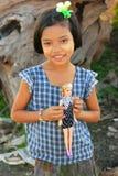 Jong meisje met thanakadeeg op haar gezicht dat een pop, Amarap houdt Stock Afbeelding