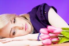 Jong meisje met tulpen Royalty-vrije Stock Foto